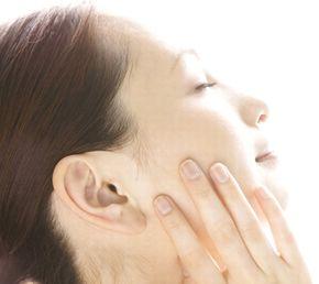 ビタミンC誘導体でシミ、そばかすを防いで、美白効果を得る女性