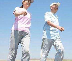 グルコサミンやコンドロイチンでスムーズに歩く男性と女性